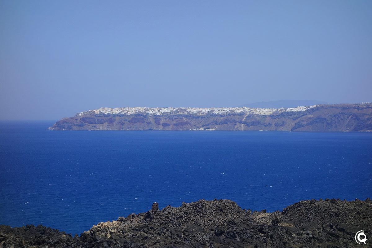 Vue d'Oia depuis le sommet du volcan
