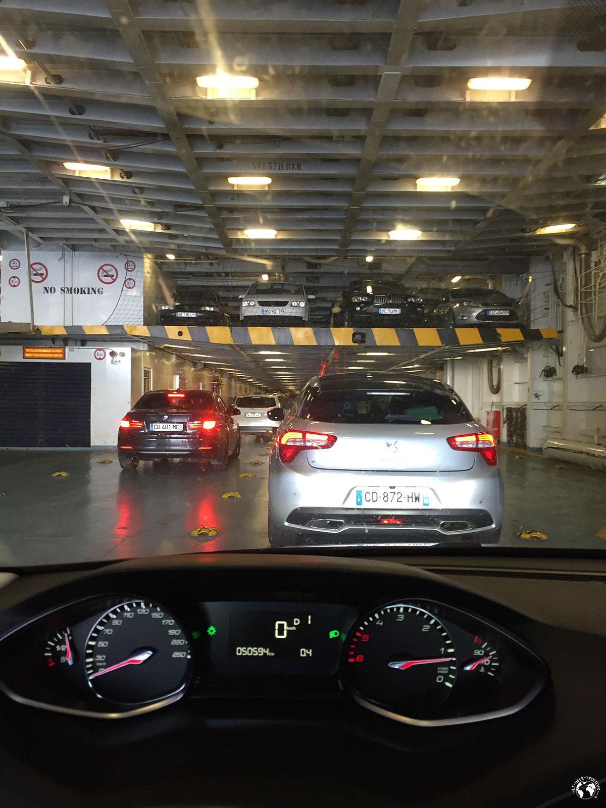 On embarque en voiture dans le ferry