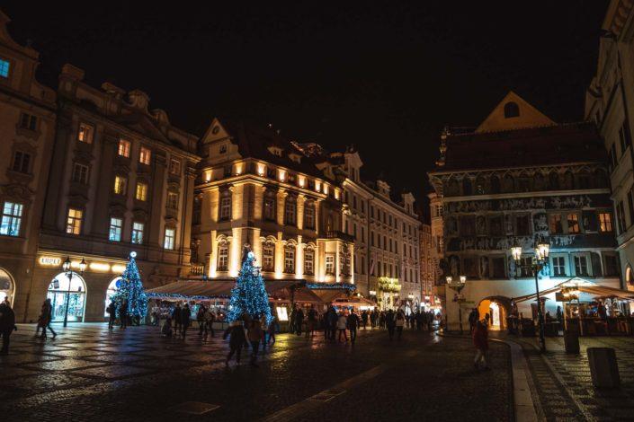 Les façades de la place de la Vieille Ville de nuit