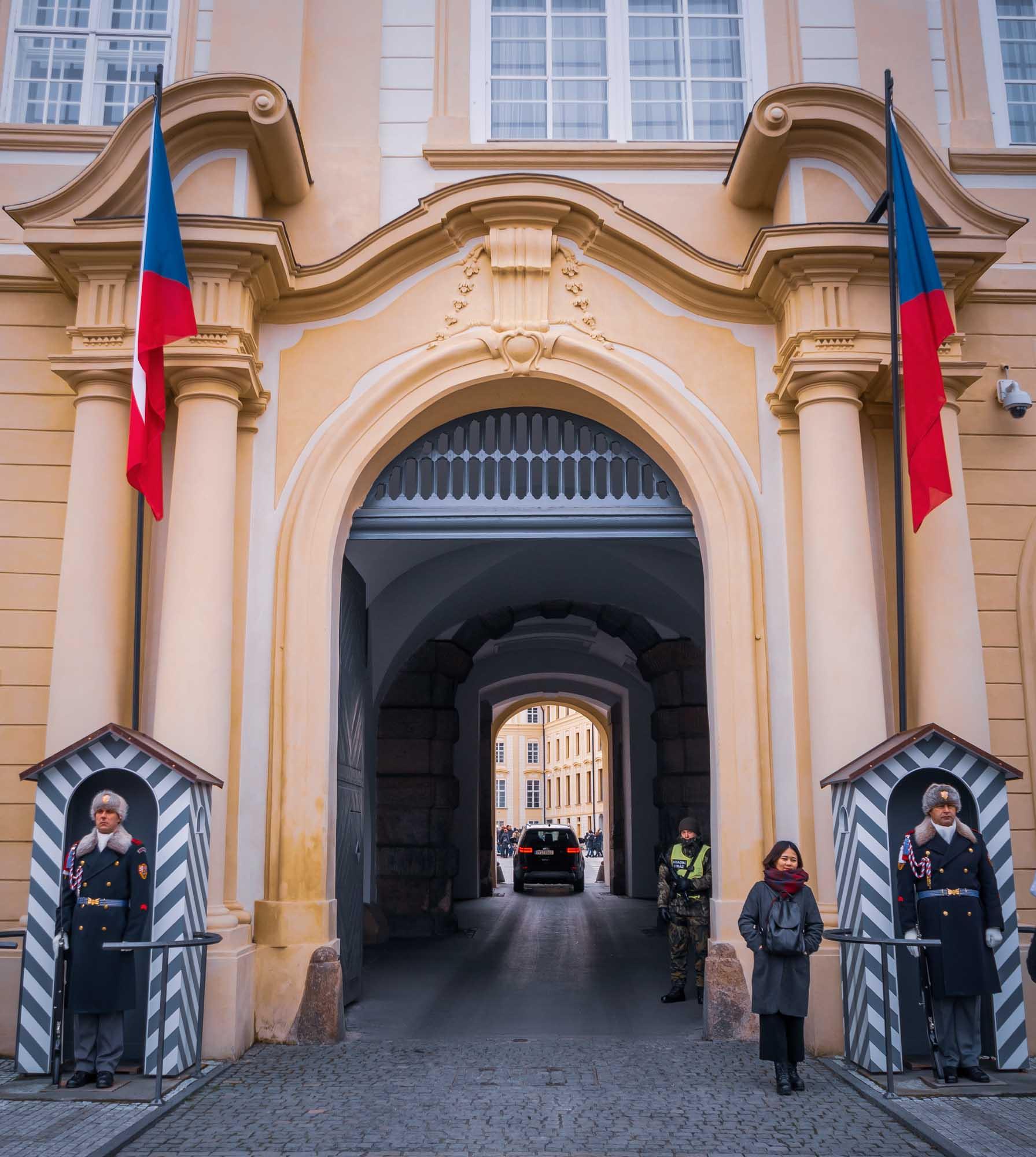 L'entrée du château de Prague avec ses gardes
