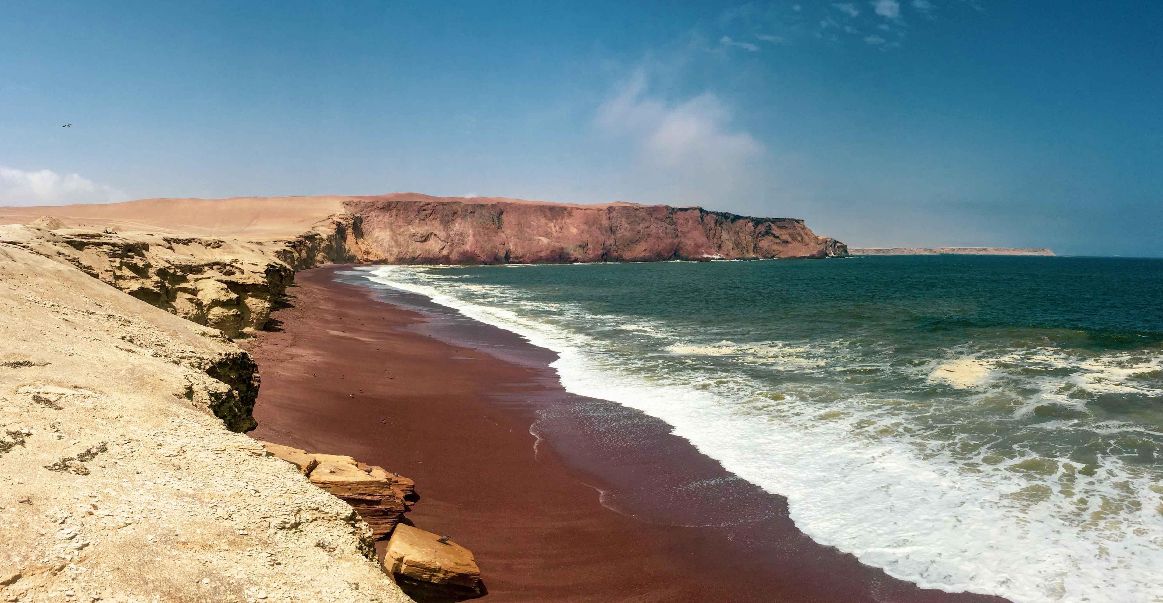 La Playa Roja dans la réserve naturelle de Paracas au Pérou