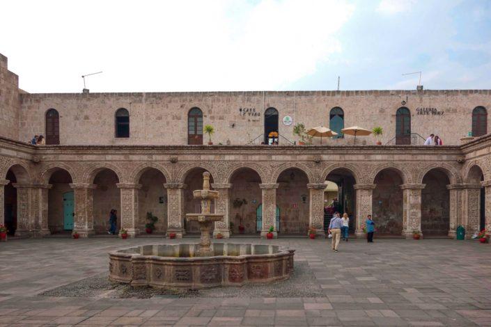 Le cloître de la Compañía à Arequipa