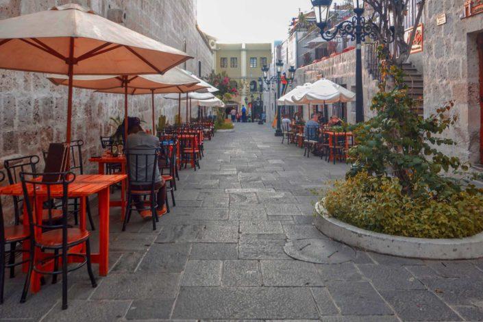 Une ruelle derrière la cathédrale d'Arequipa